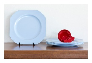 Blue bakelite Sellex plates & red bakelite Helix measuring cups
