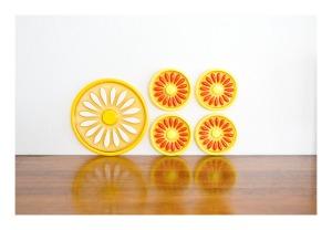 Crystal Craft 'Daisy' trivet & 4 coasters